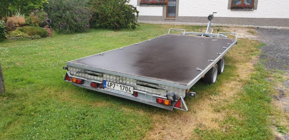 Podvalník, přívěs pro přepravu osobních automobilů a ostatního nákladu.